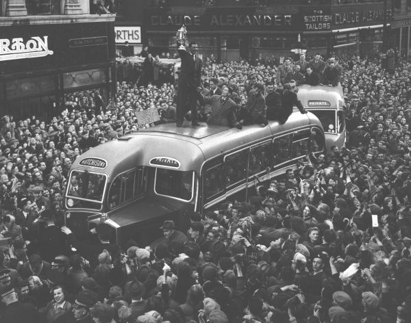 Motherwell beat Dundee to lift the Scottish Cup in 1952